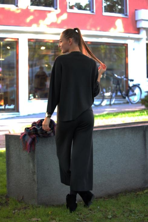 billie sade topp og bukse bakside