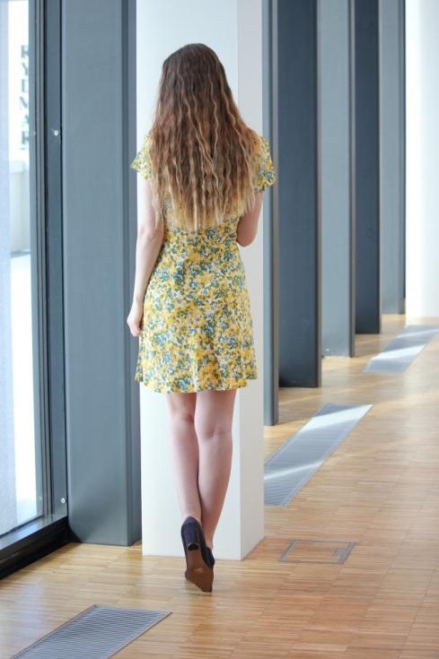 ss_gul_kjole_bak
