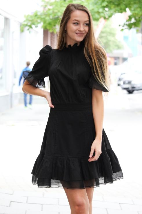 pia sort kjole portrett3